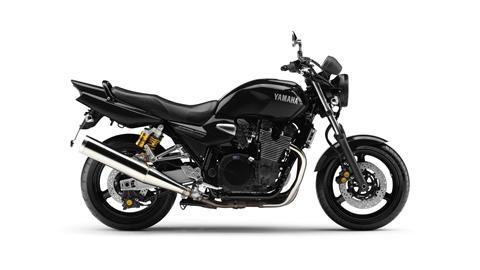 2013-Yamaha-XJR1300-EU-Yamaha-Black-Studio-002
